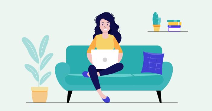 Жена, която е седнала на дивана си вкъщи и получава или предлага онлайн услуги