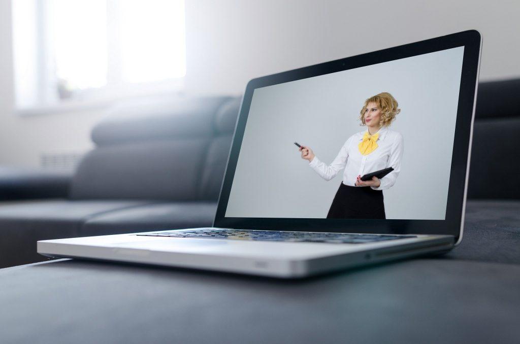 Жена, предлагаща онлайн консултация