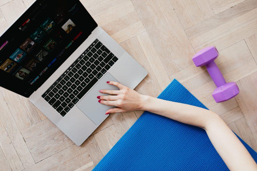 Онлайн фитнес инструктор, подготвящ се за тренировка на живо