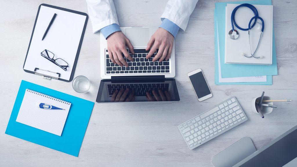 Лекар, подготвящ се за онлайн консултация