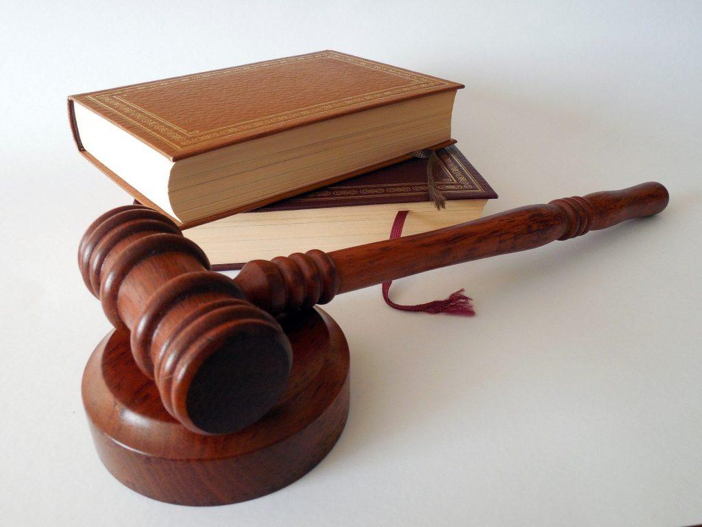 Съдийско чукче и правни книги