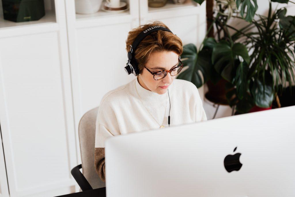 Адвокат по време на онлайн консултация с клиент