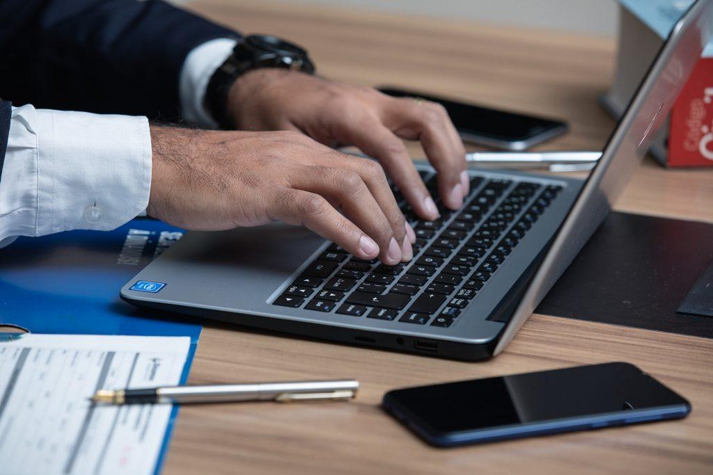 Адвокат, подготвящ се за онлайн консултация