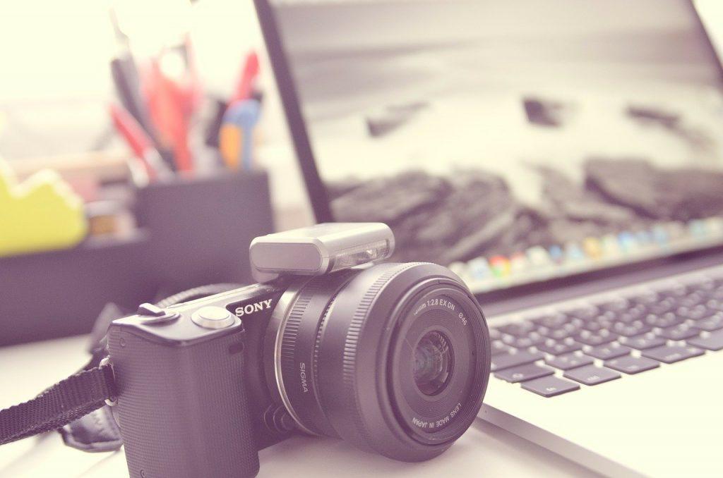 Професионална камера и лаптоп - оборудване за онлайн фотосесия