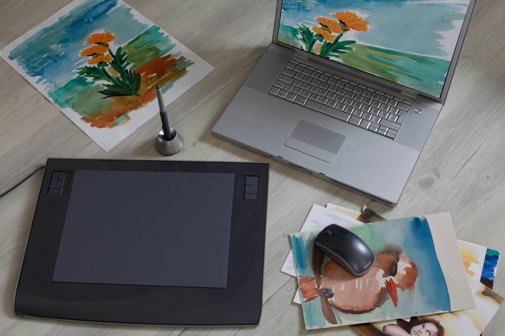 Картини, лаптоп, графичен таблет - част от онлайн урок по дизайн