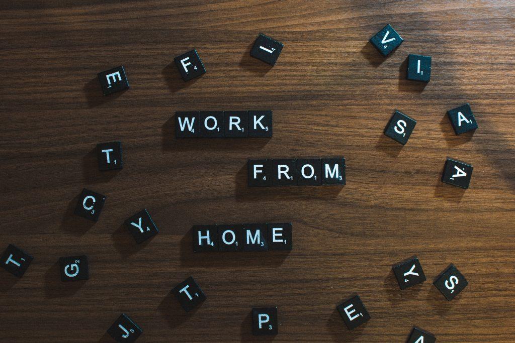 """Надпис """"Работа от вкъщи"""", изписан с буквени плочки"""