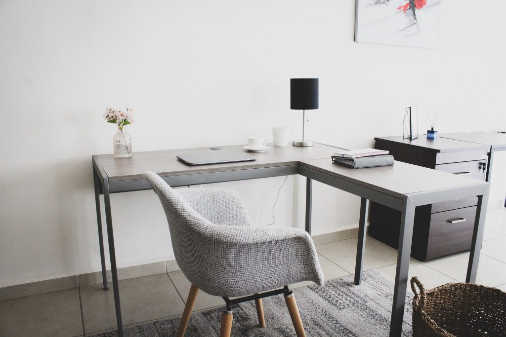 Работно място на специалист, предлагащ онлайн консултации от вкъщи