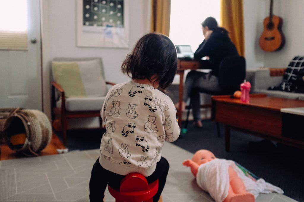 Майка, предоставяща видео консултации от вкъщи