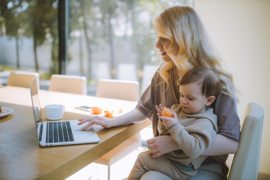 Работеща майка заедно с малкото си дете